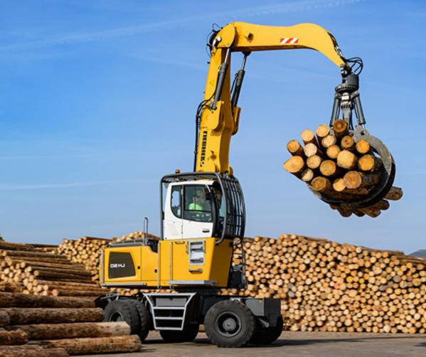 Operator koparko-ładowarki do drewna